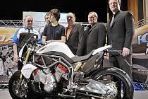 U prezentace nového motocyklu nemohli chybět její otcové: zleva stojí Pavel Petráček, Zdeněk Špindler, Karel Abraham, Miroslav FelgrOldřich Kreuz a Stanislav Hanuš.