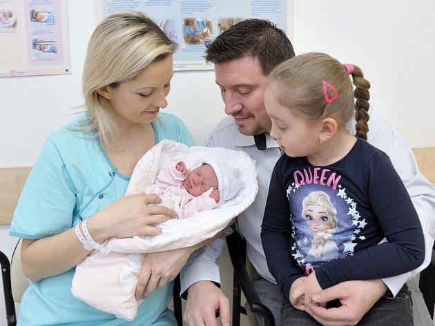 Kristýna Petrová bude doma s rodiči Šárkou a Romanem a sestřičkou Veronikou ve Vysokém Mýtě. 1. 3. v 15.04 hodin vážila 2,41 kg.