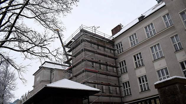 Budova Gymnázia v Ústí nad Orlicí se dočká výměny oken a zateplení stropní konstrukce, ve škole bude také vybudována nová laboratoř.