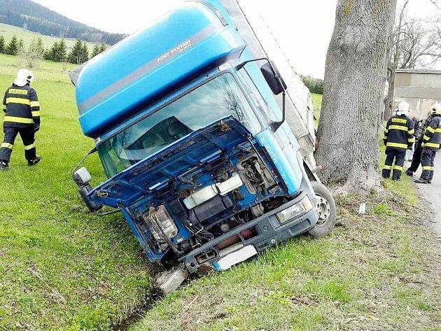Havárie nákladního automobilu u Červené Vody.
