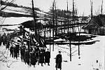 Čelo pohřebního průvodu, němečtí SSmani nesli prapory s hákovými kříži. Foceno od sousoší u rybníka.