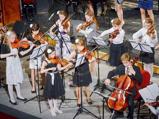 Vánoční koncerty hráli žáci Základní umělecké školy v Letohradu pro Míšu.