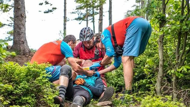 Zraněné zachránila život helma, která si z nárazu odnesla pořádný šrám.