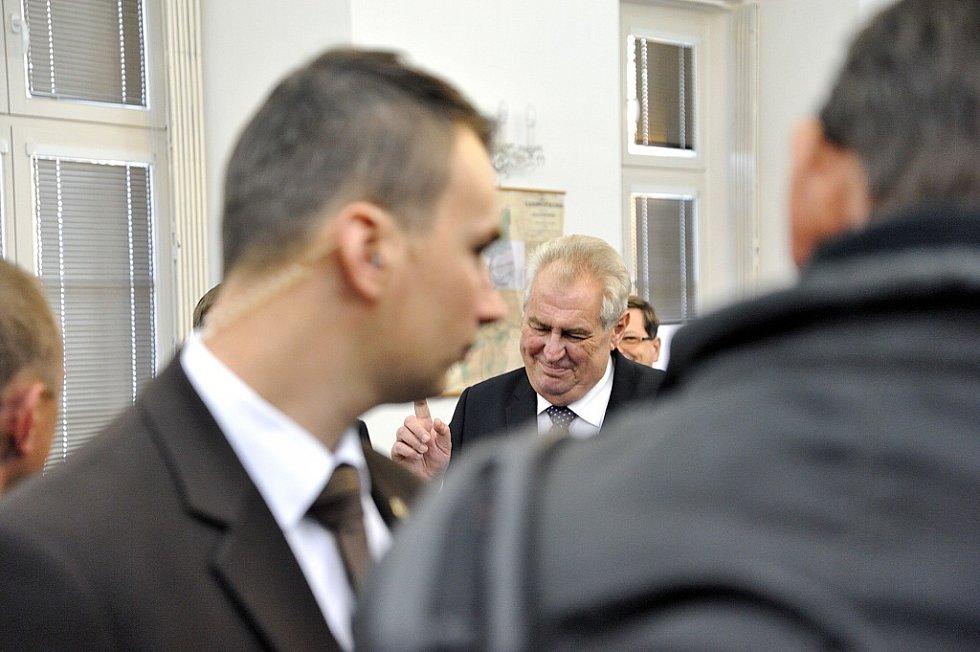 V Zámrsku prezident Miloš Zeman navštívil Státní oblastní archiv a setkal se s občany.