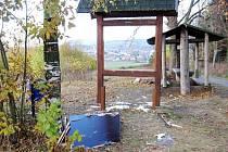 Neznámý vandal zničil nedávno obnovenou mapu na odpočívadle u vodárny.