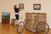 Z instalace výstavy Kamila Lhotáka v Regionálním muzeu ve Vysokém Mýtě.