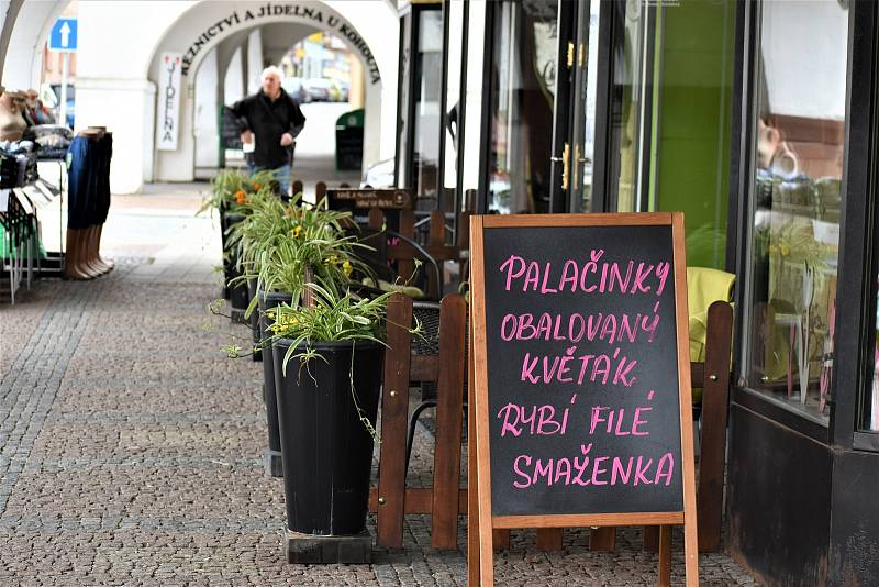 V pondělí se konečně otevřely zahrádky restaurací a kaváren. Počasí provozovatelům gastrozařízení však příliš nepřálo, a tak načančané a připravené stolečky povětšinou zely prázdnotou.