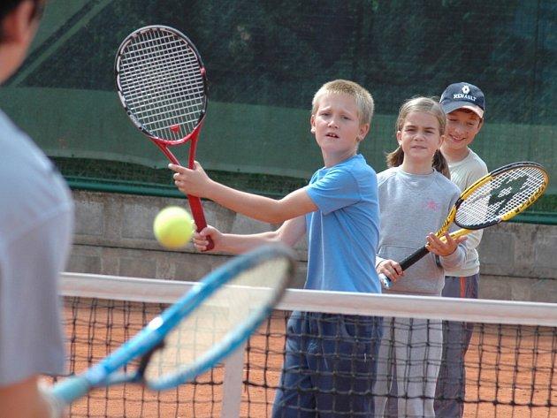 Mladí hráči museli procvičit všechny údery včetně voleje.