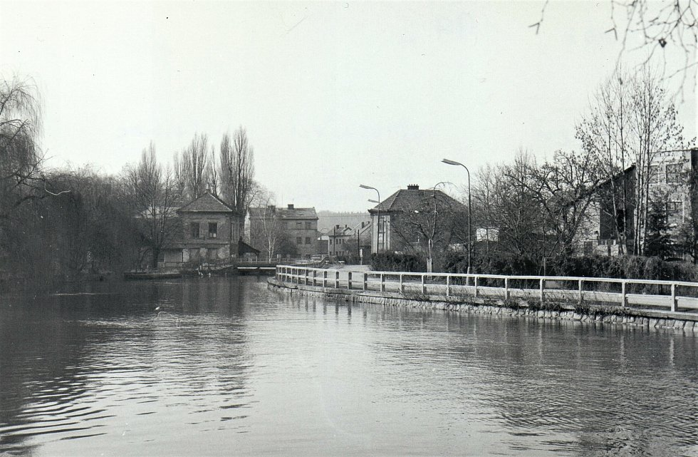 Pohled přes řeku Orlici na bývalý hostinec Na Ostrově vlevo, únor 1992