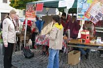 """Na Starém náměstí v infostánku mohli lidé získat veškeré informace o akci, koupit si tričko s logem Postavme školu v Africe, nechat si do vlasů zaplést barevný copánek nebo něco namalovat na tělo hennou či posedět u pravé etiopské """"fair trade"""" kávy."""