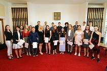Certifikáty Cambridge letos převzalo osmadvacet studentů