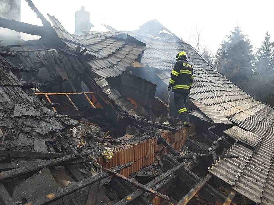 Příčinou vzniku požáru jsou dle slov vyšetřovatele hasičů netěsné spáry v komíně.