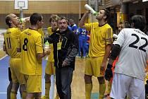 NEJZBACHU postup mezi nejlepších osm týmů ligy neunikne. Trenér Roman Páral tak má ještě čas zkoušet alternativy, kteří hráči se k sobě herně hodí.
