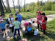 Jeden z dubnových pátků v Helvíkovicích patřil tradiční broučkiádě. O program se postaralo osmnáct broučků, na cestu s osmi stanovišti plnými zábavných úkolů se vydalo 62 dětí a přes 60 dospělých.