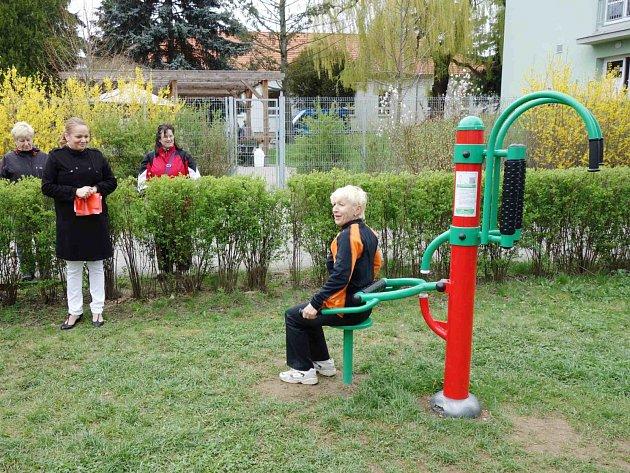 Slavnostní otevření hřiště s novými cvičebními stroji nejen pro seniory ve Vysokém Mýtě.