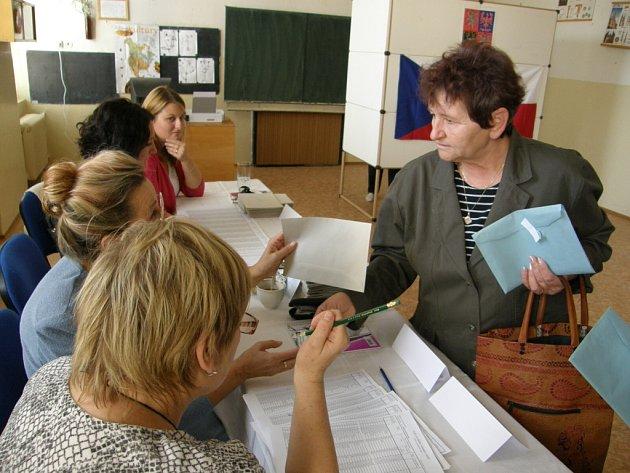 V ČESKÉ TŘEBOVÉ. Takto se volilo v pátek odpoledne v jednom z okrsků v České Třebové.