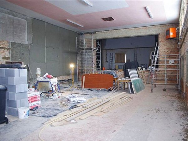 Oprava sálu vkulturním domě vSázavě.