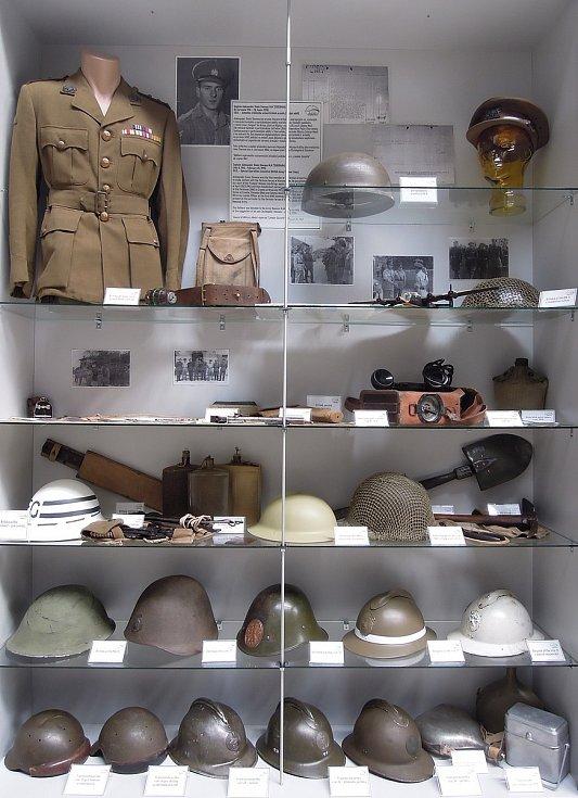 Vitrína věnovaná výbavě vojáků armád spojenců. Zdroj: Vojenské muzeum Králíky