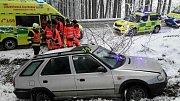 V Horních Heřmanicích pomáhali hasiči ze zapadlého auta řidičce a dětem.