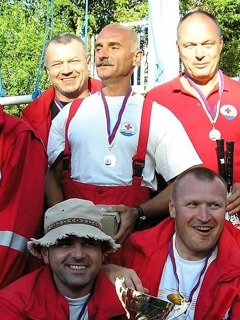 Ze zlaté medaile a poháru se radovali (zleva stojící) Vlastimil Bílý, Oldřich Houdek, Jan Sündermann, (zleva sedící) Martin Kuchta a Jiří Brožek.