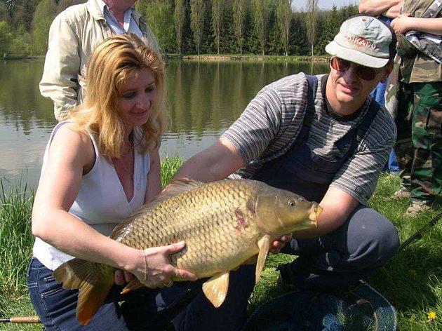 Jaroslav Simon vytáhl z rybníku Krátký v Lanškrouně sedmašedesáticentimetrového kapra.