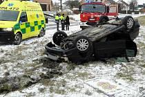 Počasí těší lyžaře, řidiče ale zaskočilo. Foto je z nehody v Žichlínku.