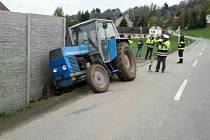 V Letohradu skončil traktor v betonové zídce.