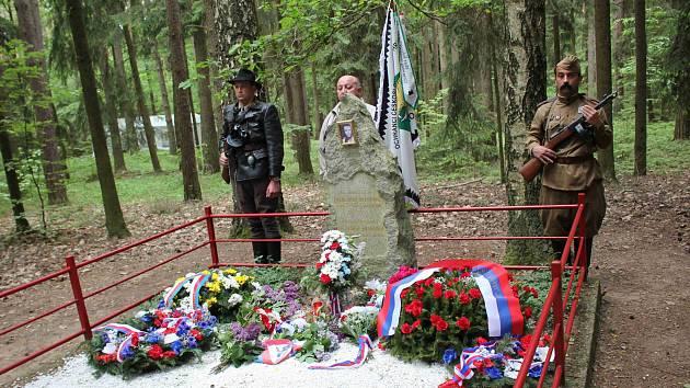 Tradiční setkání občanů u hrobu Saši Bogdanova v lese u Srubů na Choceňsku.