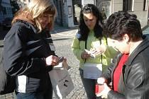 Mezi aktivisty, kteří se prodávání pastelek účastnili, patřili i studentky českotřebovské Vyšší odborné školy G. Habrmana Michaela Valdová a Žaneta Houfová.