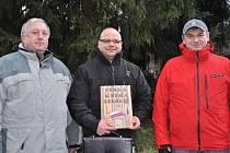 Na fotografii zleva starosta obce Teodor Šmok, komisař agentury Tomáš Hrábek a Bohuslav Matouš