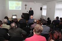 Veřejná prezentace návrhu úprav se konala v Husově sboru, který leží právě v lokalitě, o níž se mluvilo. Přišly zhruba dvě desítky lidí.
