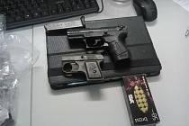 Plynové zbraně, které byly nalezeny u muže.