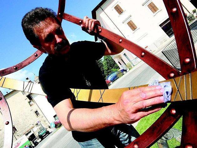 Snímek  zachytil Františka Bečku při instalaci hodin přímo na massamartanském náměstí.