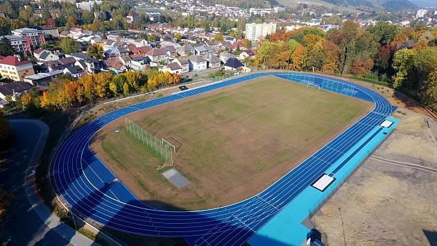Sportovci nově běhají po modrém.