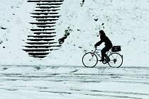 Cyklista v zimě. Ilustrační foto.