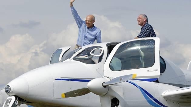 """Max Bishop přilétl na zahájení šampionátu v elegantní """"Moravě"""", jedním z nejkrásnějších letadel, které u nás kdy bylo vyráběno."""