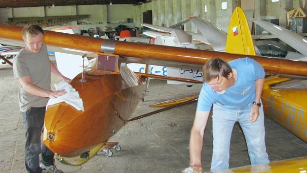 Historické kluzáky v hangáru na žamberském letišti.