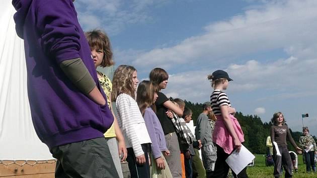 V Dlouhé Třebové pod lesem i letos vyrostl tábor pražského domu dětí a mládeže. Obývá ho asi čtyřicítka dětí s instruktory.
