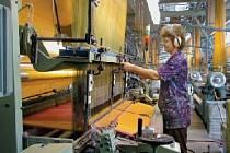 Od slunka do slunka. V textilkách se pracuje kvůli náročné výrobě vůbec nejdéle. Odnášejí to hlavně manažeři, ve východních Čechách dělají podnikatelé denně v průměru 11 hodin.
