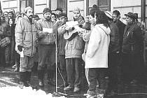 Jan Janíček s kytarou při zpívání před třebovskou radnicí.