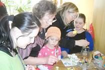 Velikonoční vajíčka vystavená v lanškrounském Domově pro seniory byla vytvořena různými technikami.