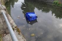 Mladíci hodili kontejner na tříděný odpad do řeky Třebovky.