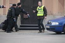 Cvičení policie zaměřené na zneškodnění nebezpečného pachatele u Úřadu práce v Ústí nad Orlicí.