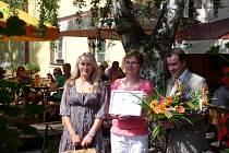 Jitka Bulvová (uprostřed) převzala v Pardubicích ocenění Žena regionu 2011.