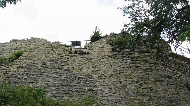 Zříceninu hradu Brandýs nad Orlicí skládají kámen po kameni.