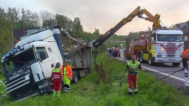 Vyprošťování havarovaného kamionu v Třebovici.