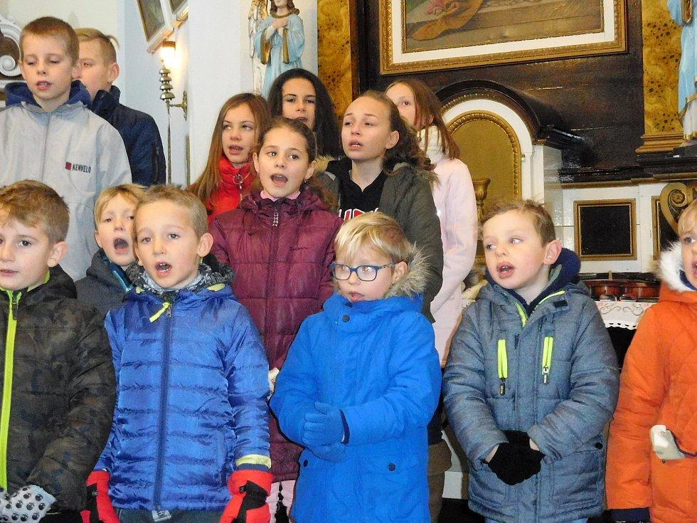 Adventní koncert se konal první adventní víkend vkostele sv. Mikuláše vOstrově u Lanškrouna. Foto: archiv školy