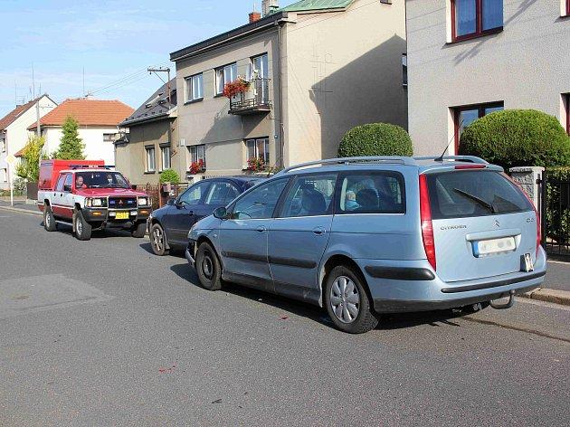 Náraz osobního automobilu do zaparkovaného vozu v Chocni.