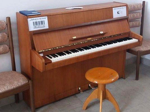 Piano u obřadní síně v Lanškrouně.