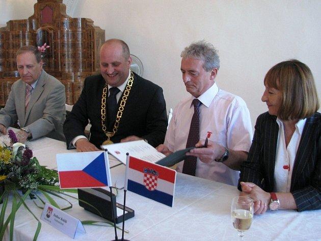 Podpis smlouvy o partnerství mezi Letohradem a chorvatským Daruvarem.